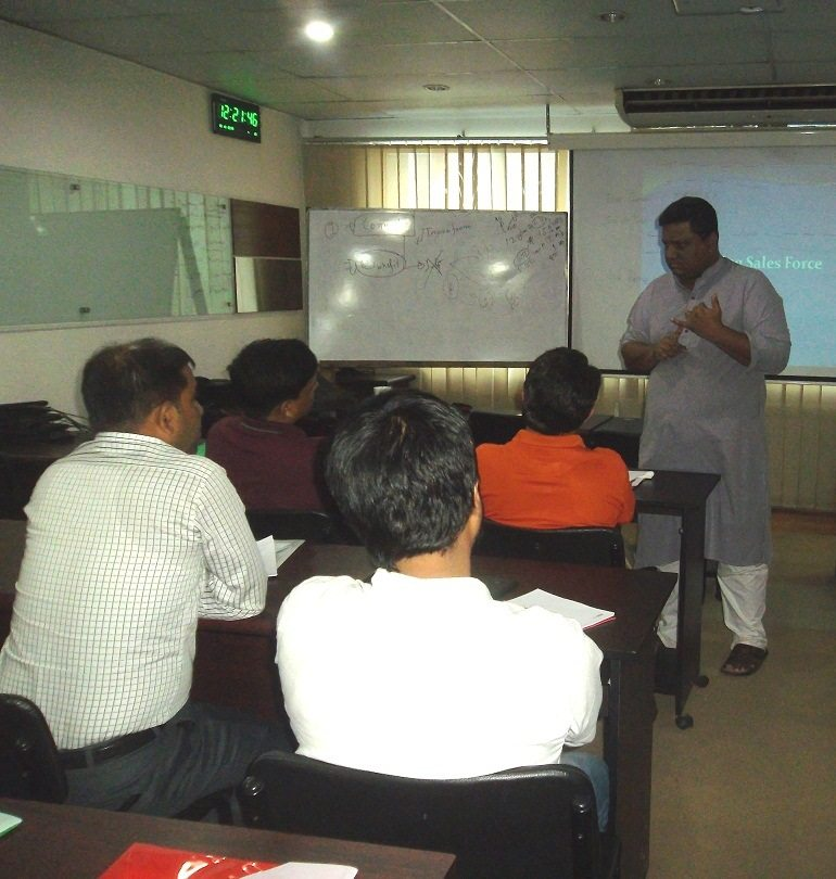 Mr. Kamrul teaching at Sales and Marketing Management Training course at Bdjobs Training in Dhaka | Photo by Bdjobs Training